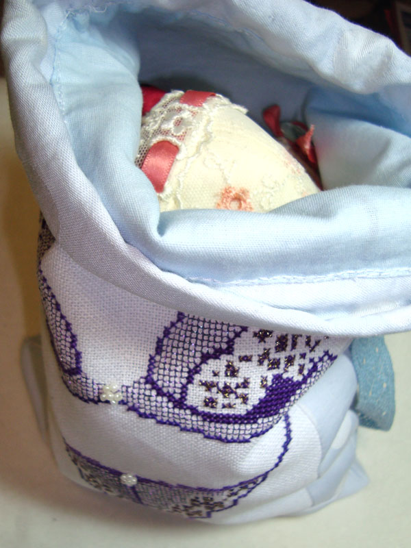 mishechok dlja bilyzny 2 Торбинка для білизни декорована вишивкою